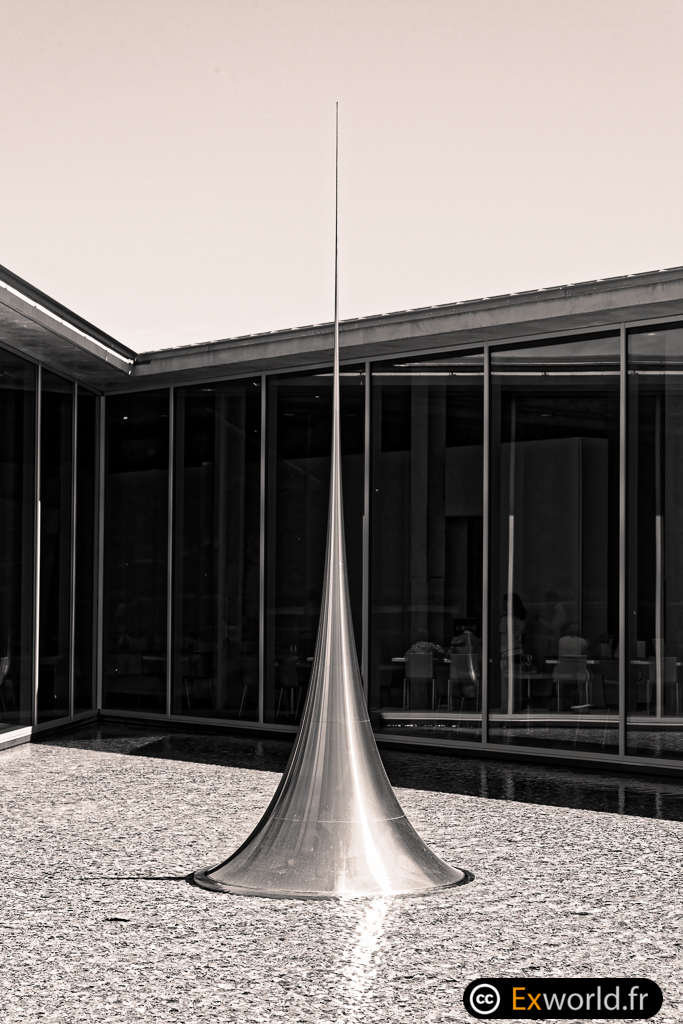 Mathematical Model 012 Surface of Revolution with Constant Negative Curvature d'Hiroshi Sugimoto