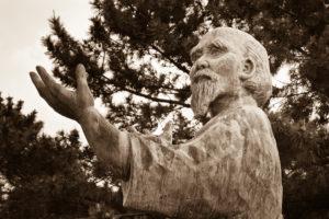 La statue d'Osensei au bord de mer